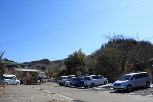お天気のせいか駐車スペースには車がたくさん。