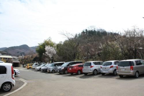 花見山公園入口付近にはお天気のせいか車が沢山!
