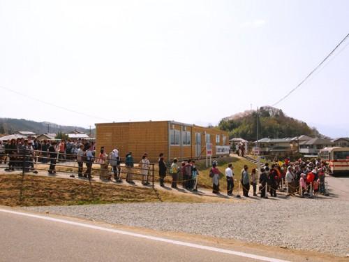 バスを待つ人の列