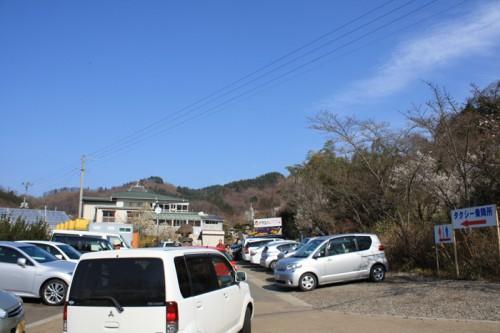花見山入口の様子。駐車できるのは5日まで。
