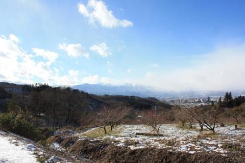 雪が降っている地区と降っていない地区。空でわかりますね。 この後から市内も雪に。