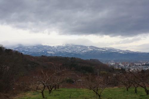 山方面は雪が降っています。