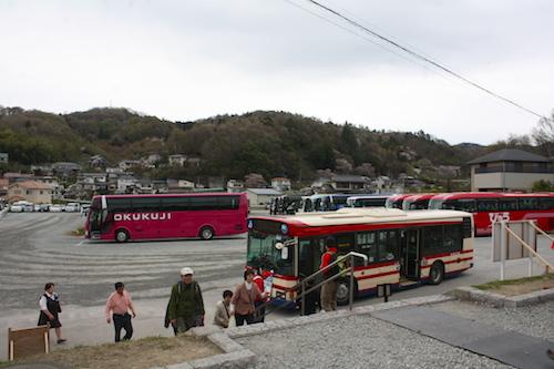 平日にも関わらず大型のバスがたくさん