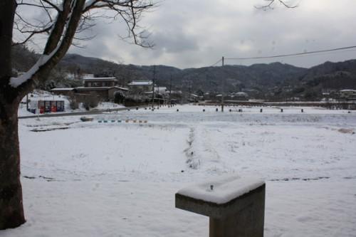 福島県福島市花見山公園の情報 蒲池に雪の写真