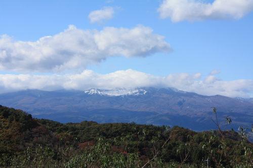福島県福島市花見山公園2020年11月5日画像。吾妻連峰雪景色