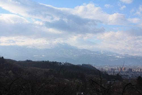 福島県福島市花見山公園2020年12月28日画像。花見山散策コースからの吾妻連峰
